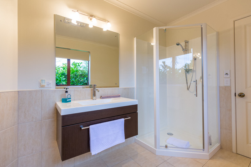 Fantail suite bathroom - Accent bed and breakfast