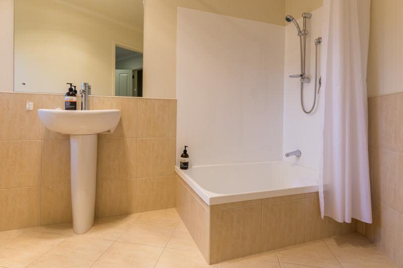 Heron suite bathroom - Accent bed and breakfast